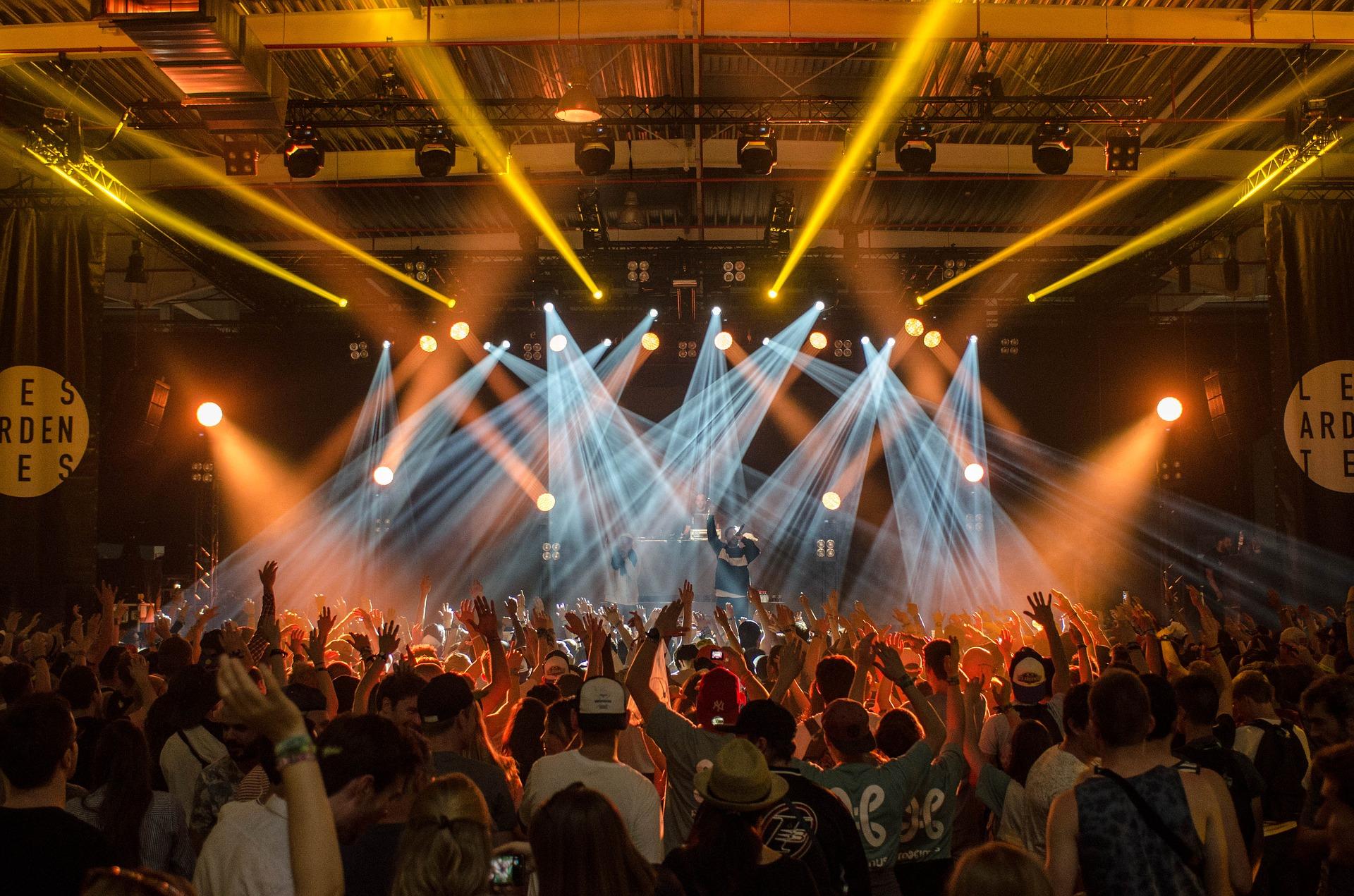 Lichttechnik Scheinwerfer vor Menschenmenge auf Konzert