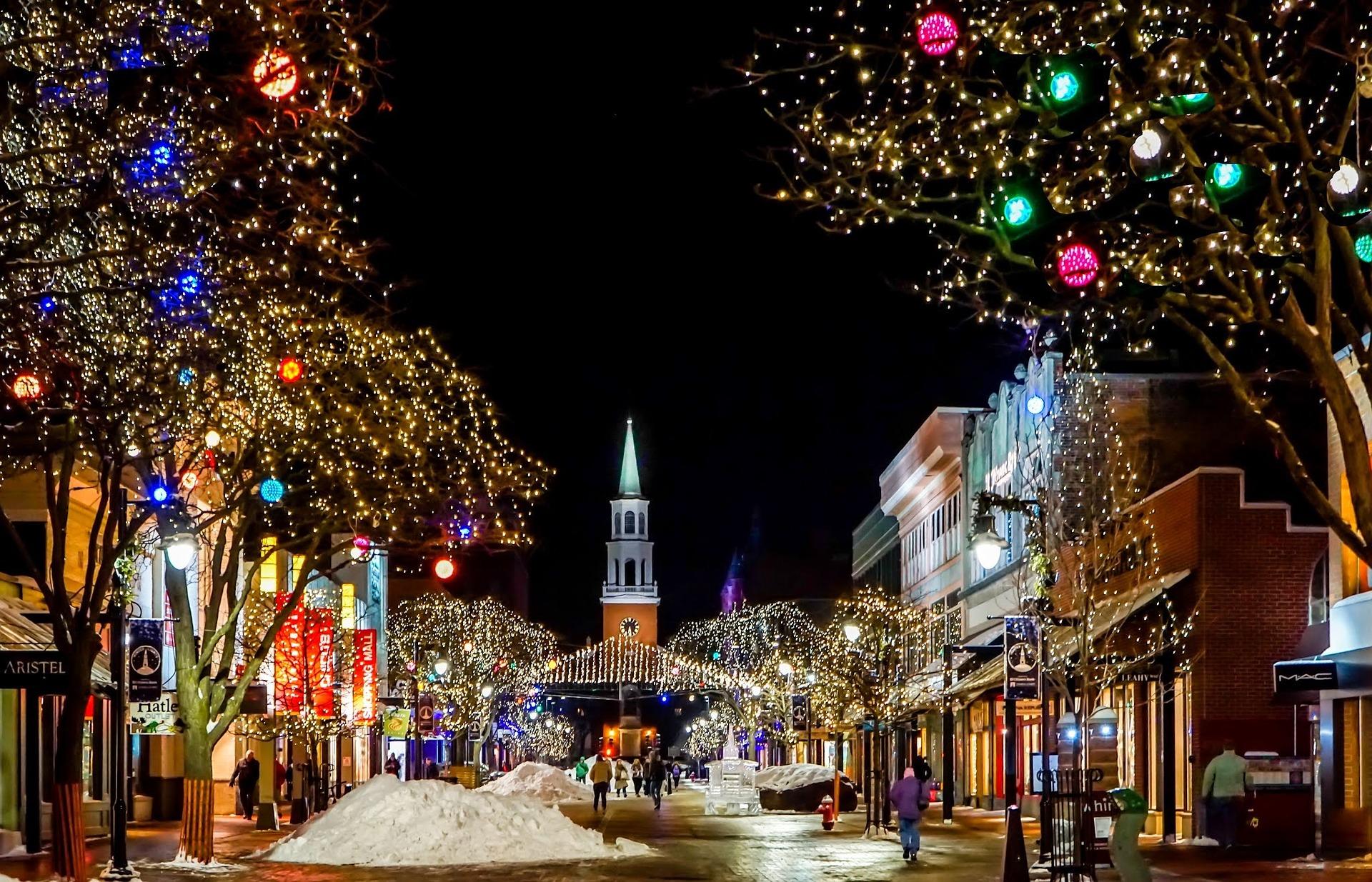 Durch Lichttechnik bunt beleuchtete Innenstadt