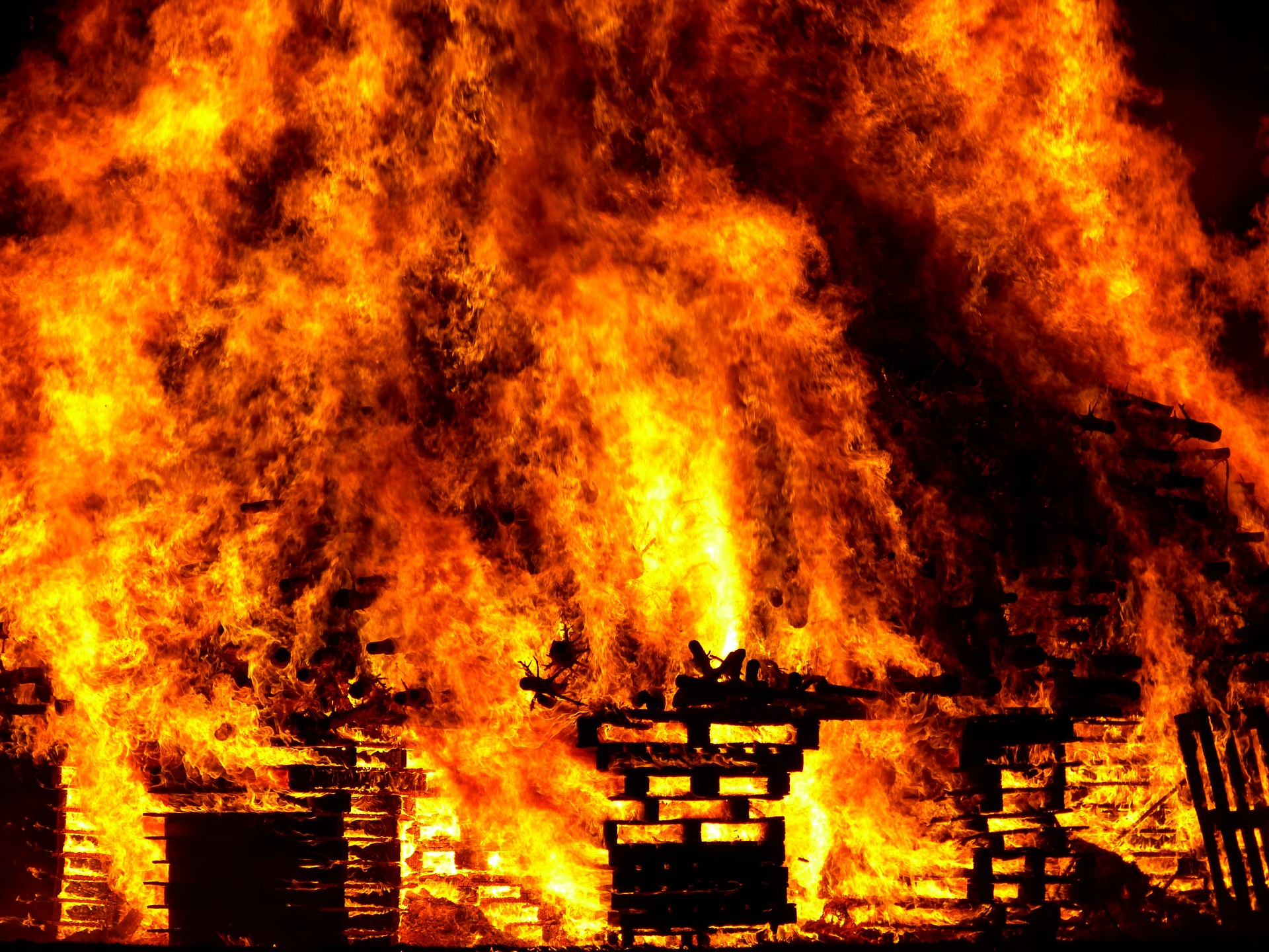 Brennendes Gebäude bei Veranstaltung ohne Brandschutz
