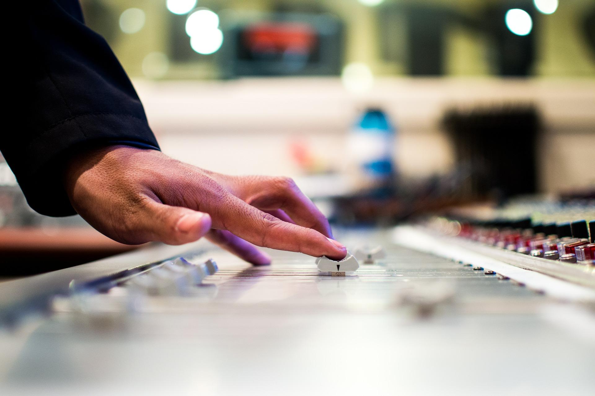Finger DJ am Mischpult auf Veranstaltung