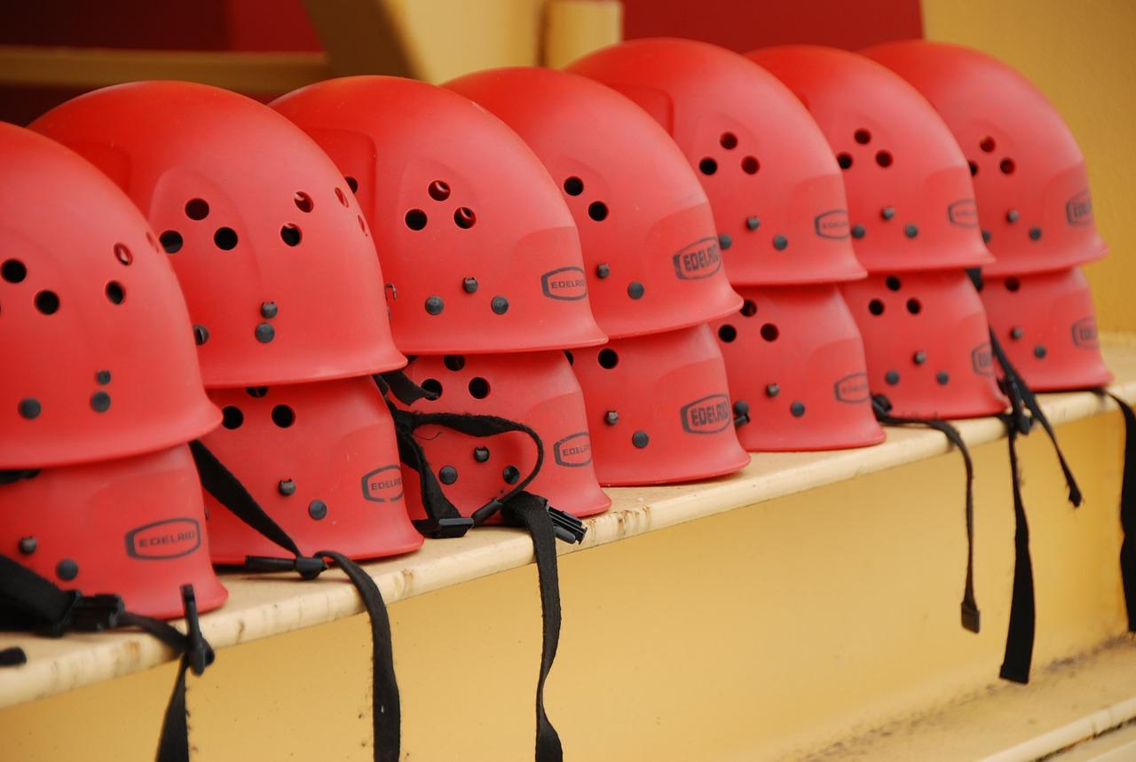 Rote Helme für Aktivevent Firmenevent