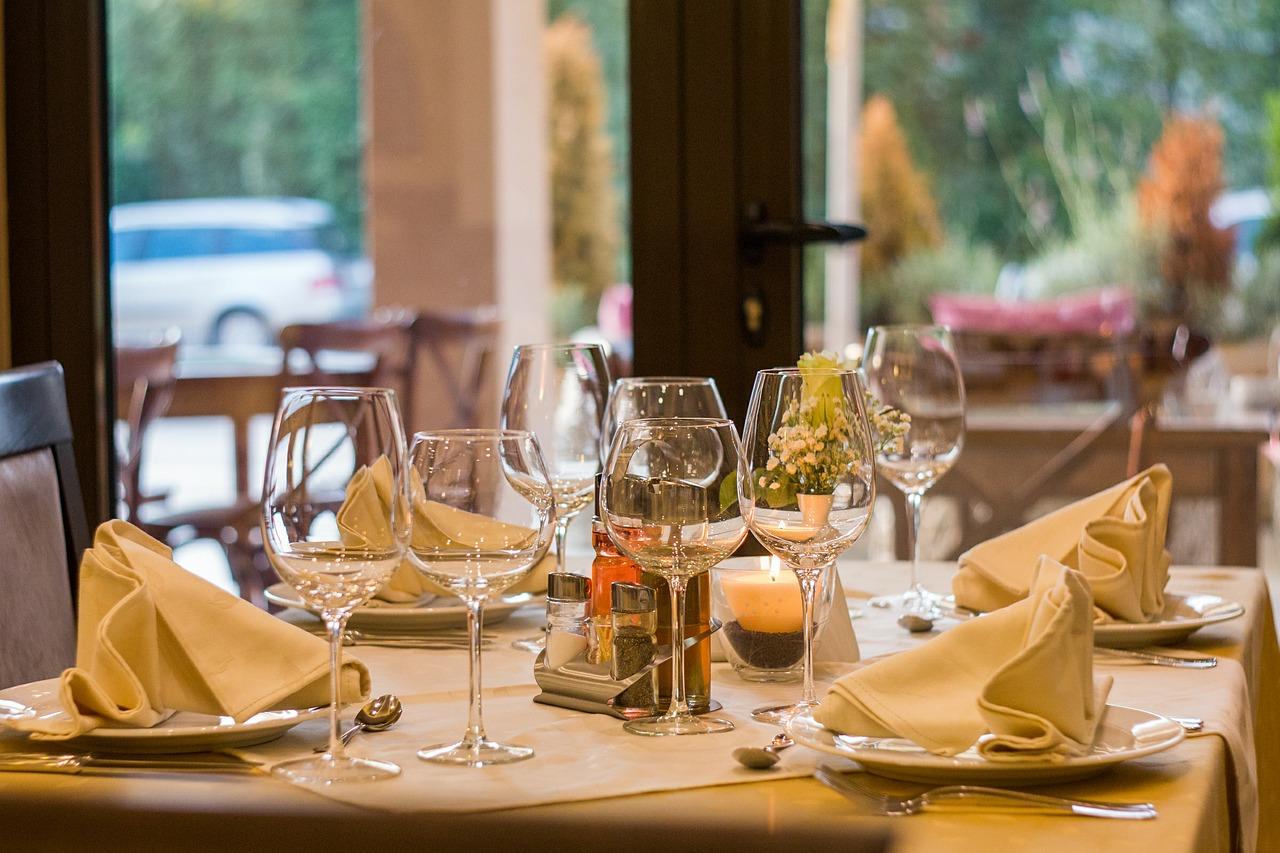 Tisch mit Weingläsern und Dekoration Veranstaltungsagentur München