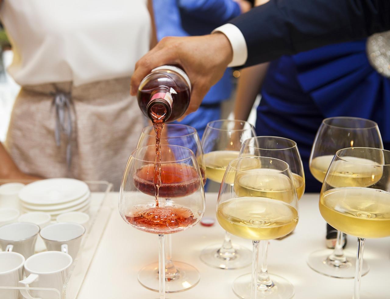 Kellner schenkt Wein auf Gewerbemesse ein