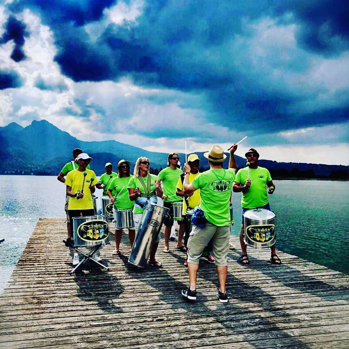 Live Band auf Steg vor See