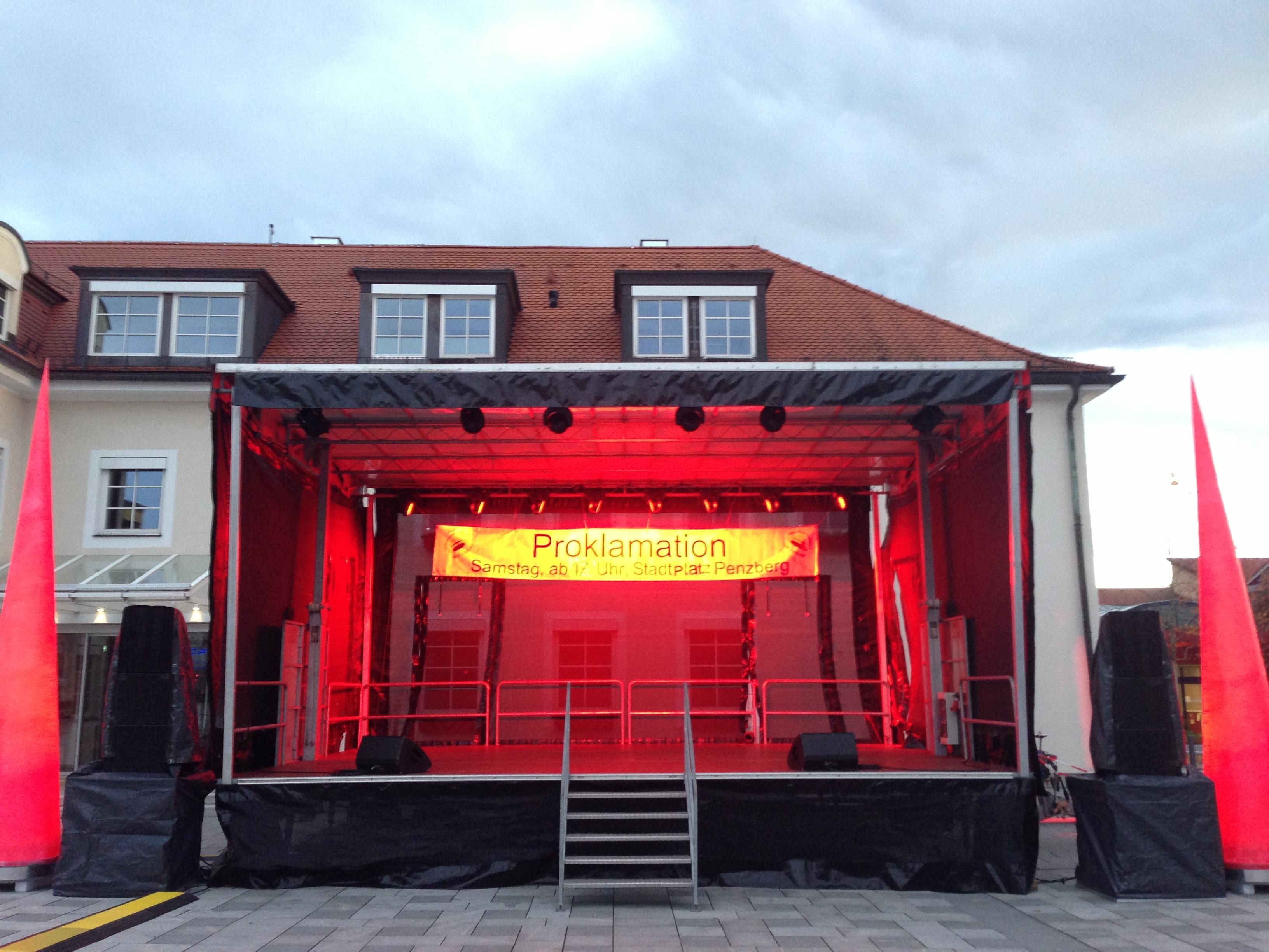 Rot gelb beleuchtete mobile Bühne