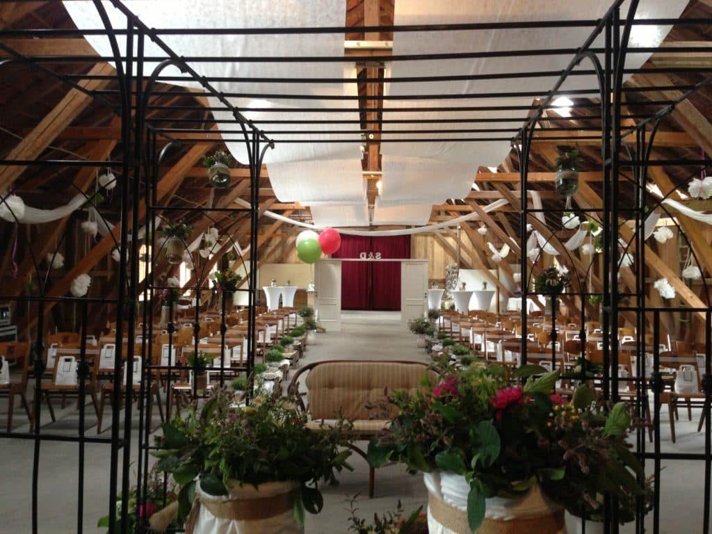 Hochzeitsaltar mit Stühlen für freie Trauung auf Gut Hub